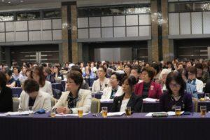 参加登録約800名による「ソロプチミスト・シンフォニー」斉唱で研修会はスタート
