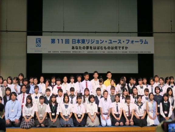 瀬地山先生を中心に全員で記念撮影。輝く笑顔が印象的。