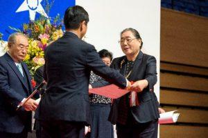 水戸市長から 表彰状を受ける