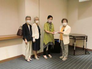 右から2番目山崎施設長に草山会長より支援金を贈呈