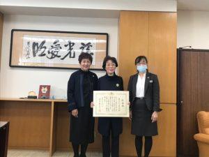 愛光女子学園園長先生(右)西山会長(中央)関会員(左)