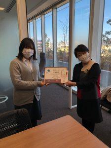分かち合い先のSI東京―広尾の代理として受賞者の本田さんへ