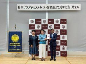 シャハリアル学長へ、本間会長・坂田実行委員長から目録をお渡ししました